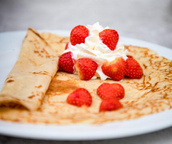 Pannenkoek met aardbeien en slagroom bij fieret's ocean buffetrestaurant Sluis